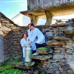 Feliz día da Muller Rural 💚🌿  Somos mulleres rurais, que co noso traballo e a nosa voz defendemos dende a aldea as nosas vidas e os nosos proxectos. Unha forte aperta das mulleres da cooperativa As Vacas da Ulloa SCG . . #lecheecologica #productosnaturales #productosecológicos #aulloa #senmais #ganaderiaecologica #cooperativa #leche #leite #rural #rural_love #granjaecologica  #granja #eco #bio #organico #mujeresrurales #granjeras #sostenible #zerowaste #economiacircular #asvacasdaulloa #galicia #galiciacalidade #galiciamola